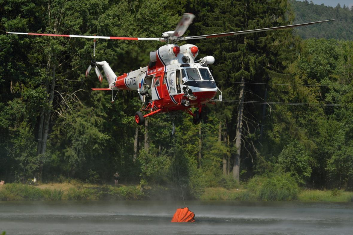 Armádní vrtulník s bambivakem pomáhá hasit požáry