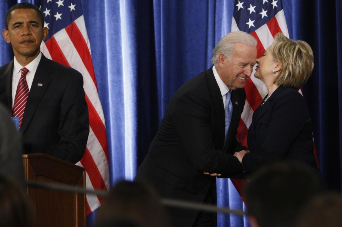 Americký prezident s Joe Bidenem a Hillary Clintonovou