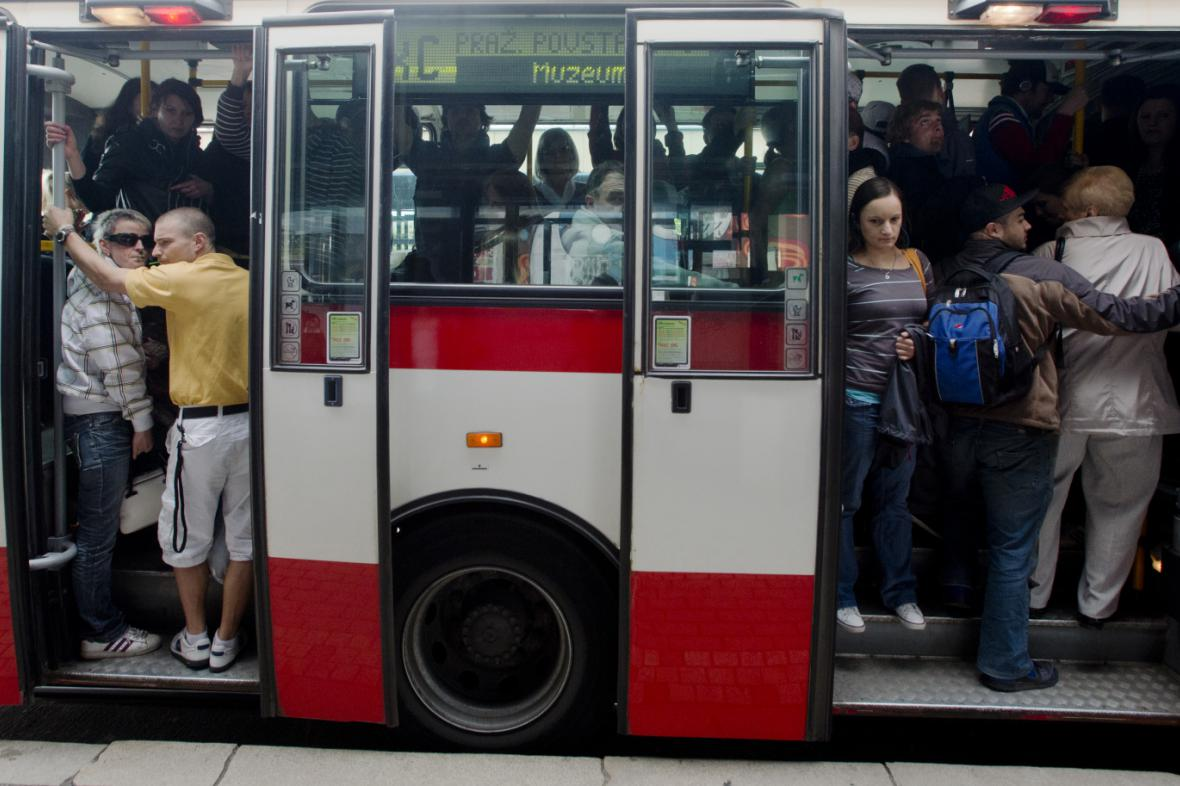 Přeplněný autobus - archivní snímek