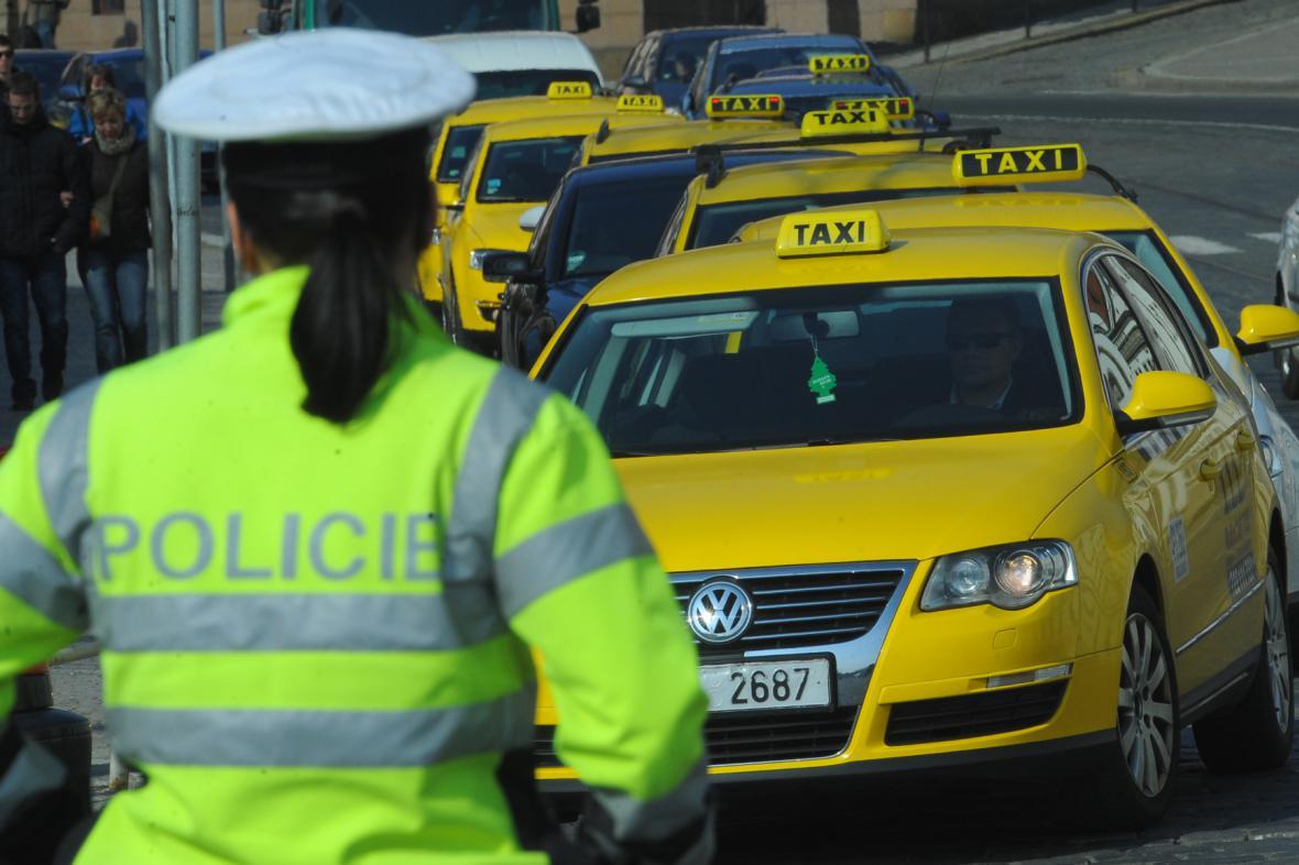 Protestní jízda taxikářů v Praze