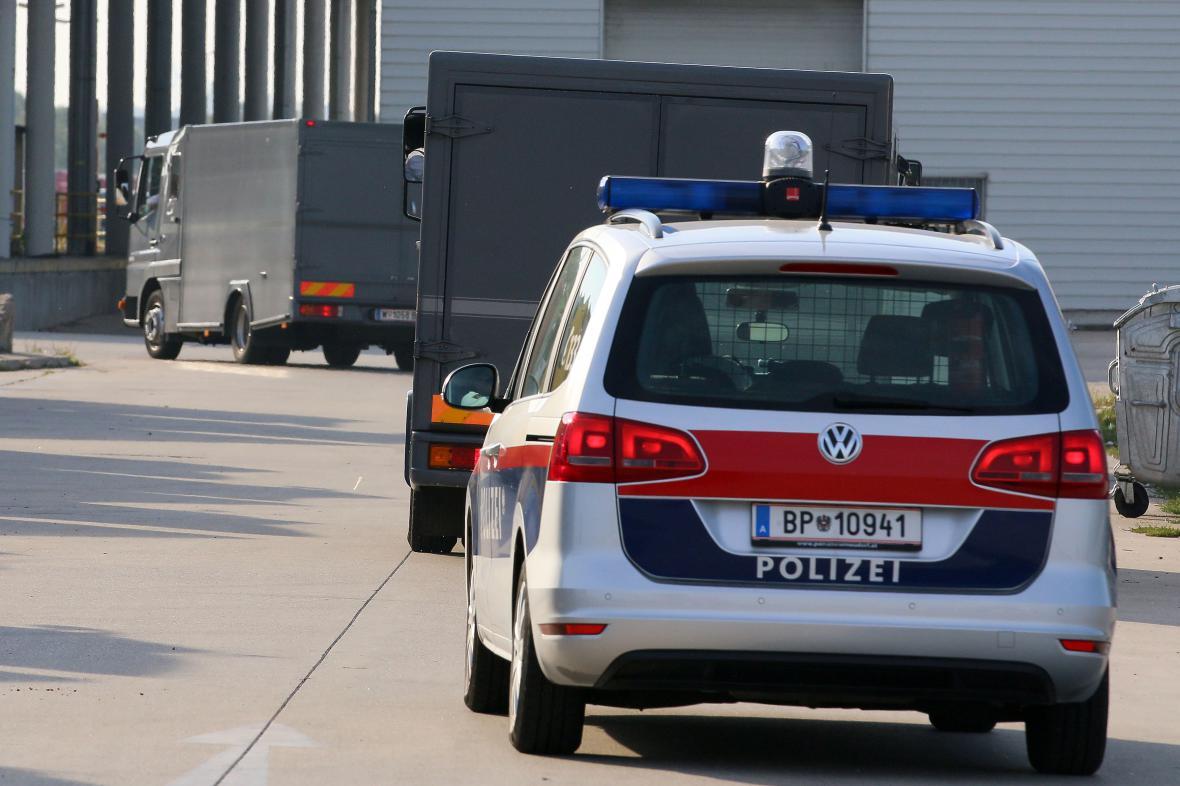 Rakouská policie vyšetřuje tragickou smrt 71 běženců