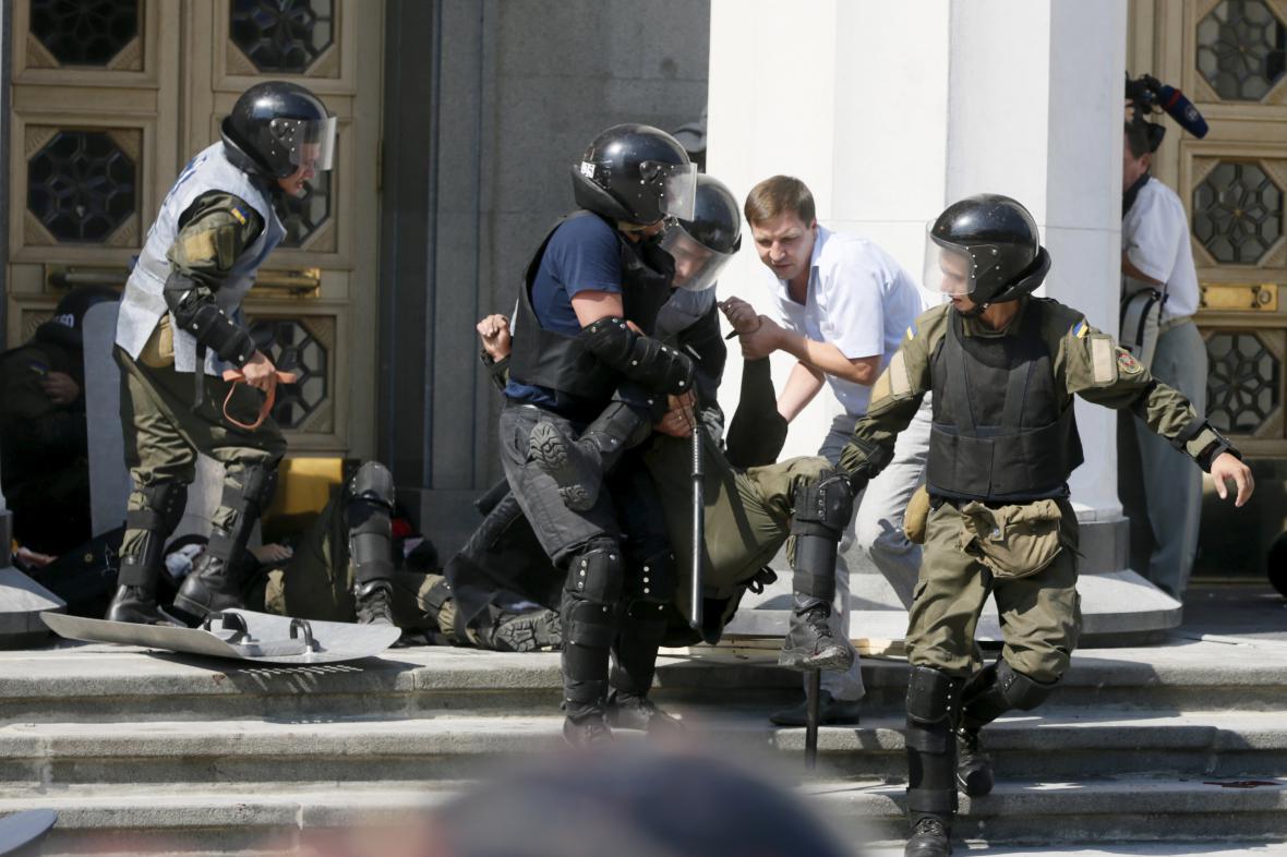 Výbuch před parlamentem v Kyjevě zranil desítky lidí