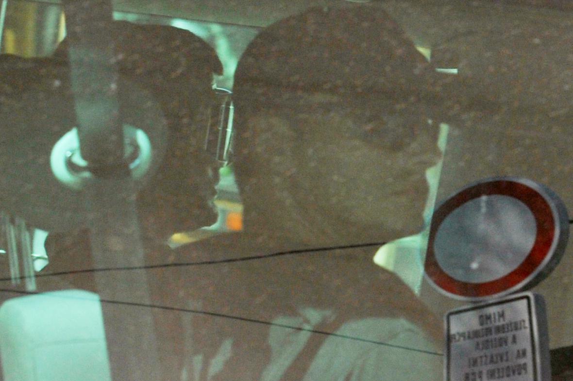 Eskorta převezla Kevina Dahlgrena do vazební věznice v Brně