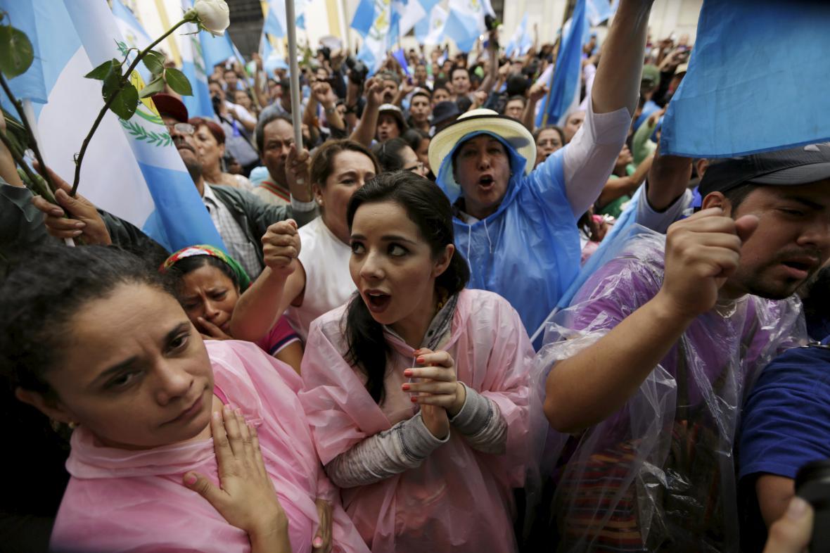 Lidé v ulicích reagují na zbavení imunity guatemalského prezidenta