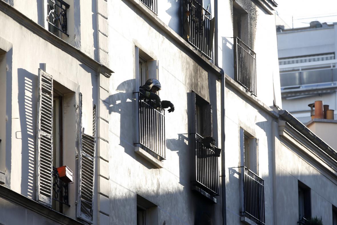 Pařížský činžovní dům v ulici Myrha po požáru