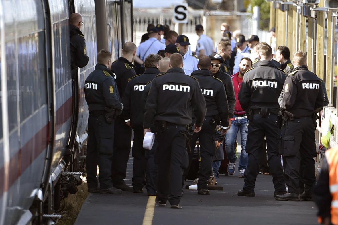 Dánská policie na nádraží v Rodby