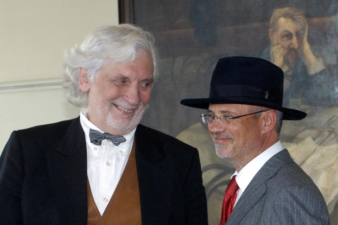 Petr Hapka a Michal Horáček v pražské kavárně Slavia, 2006