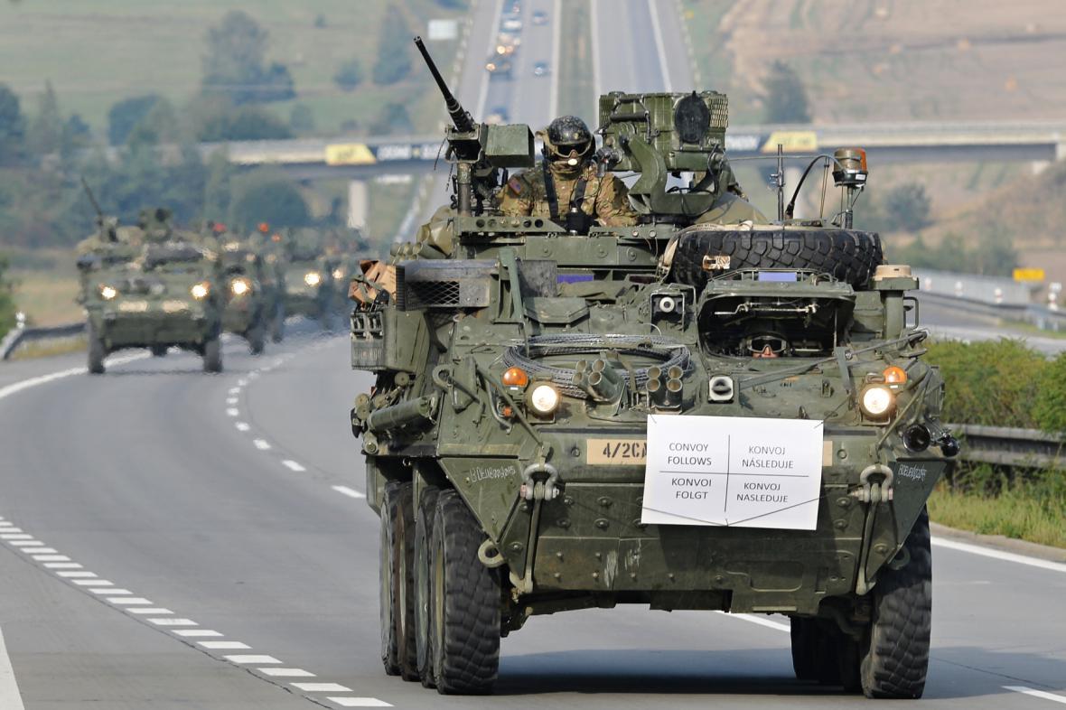 Americký armádní konvoj projíždí Českem