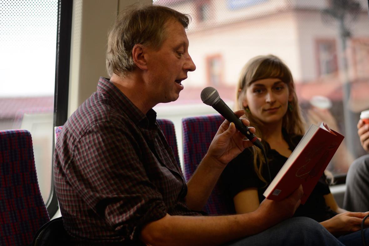 Čtení ve vlaku, na snímku předčítá Jáchym Topol