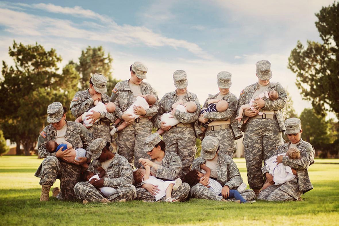 Snímek deseti kojících vojaček z Texasu