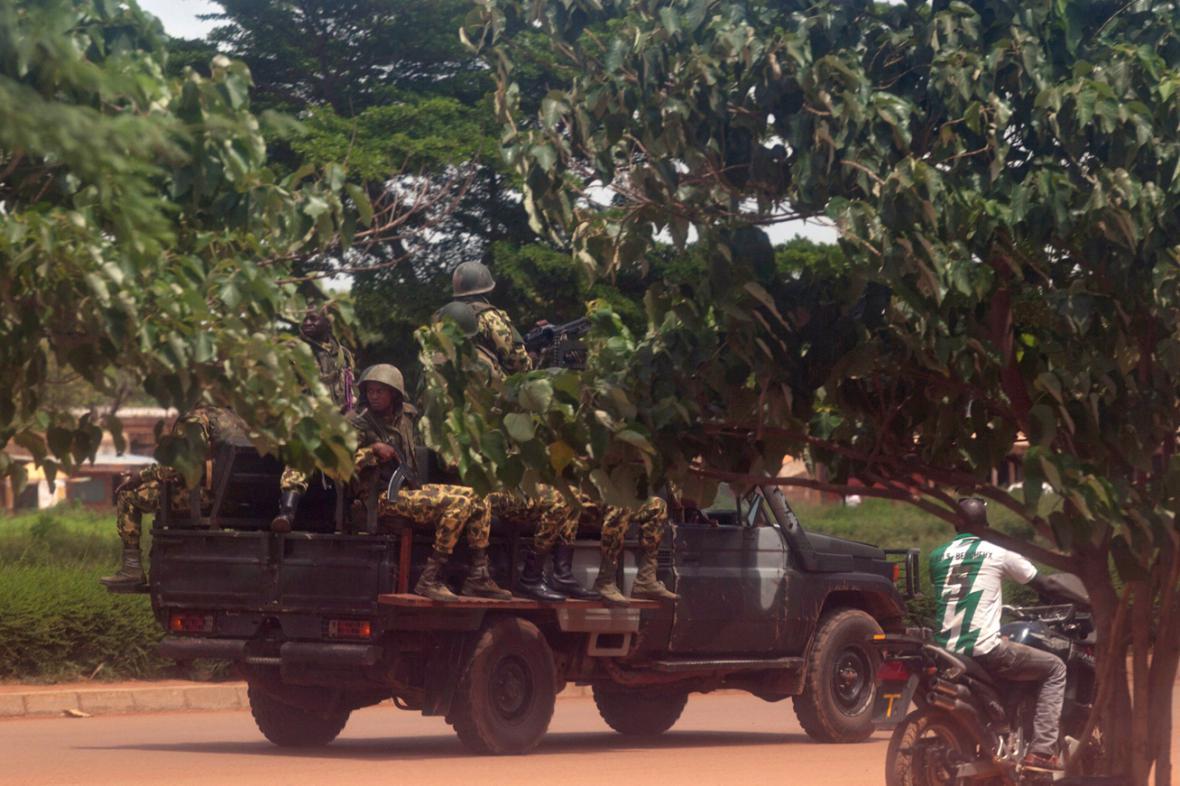 Členové prezidentské stráže v ulicích Ouagadougou