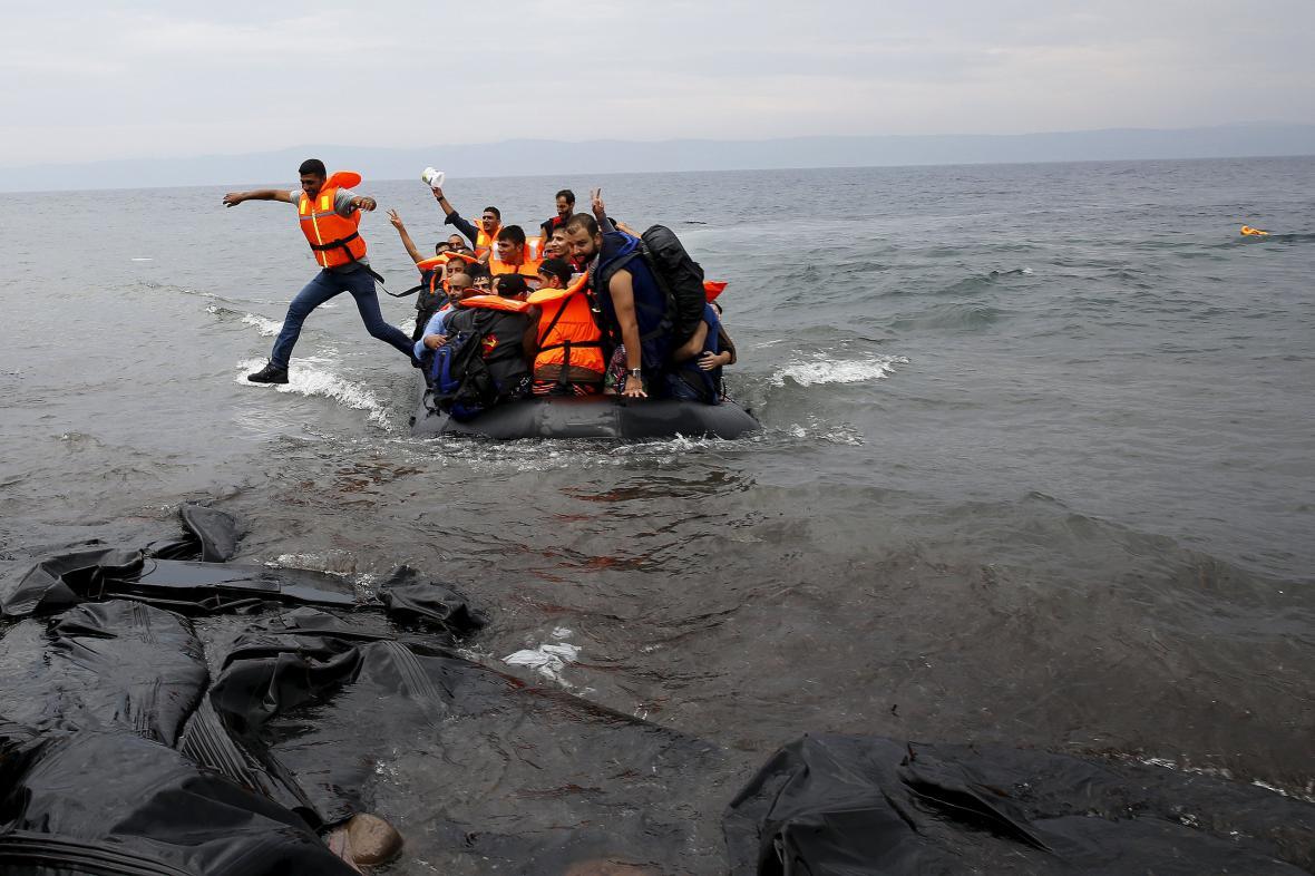 Syrští uprchlíci přistávají u řeckého ostrova Lesbos