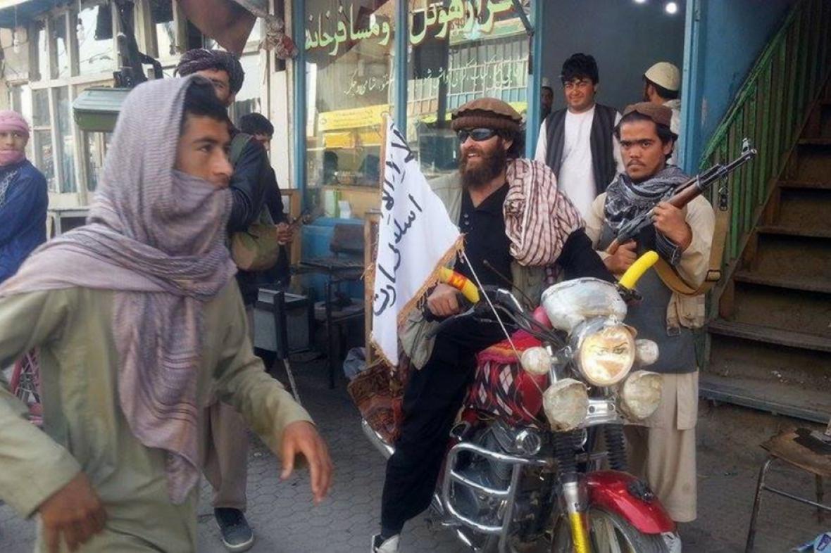 Bojovník Talibanu v ulicích Kunduzu