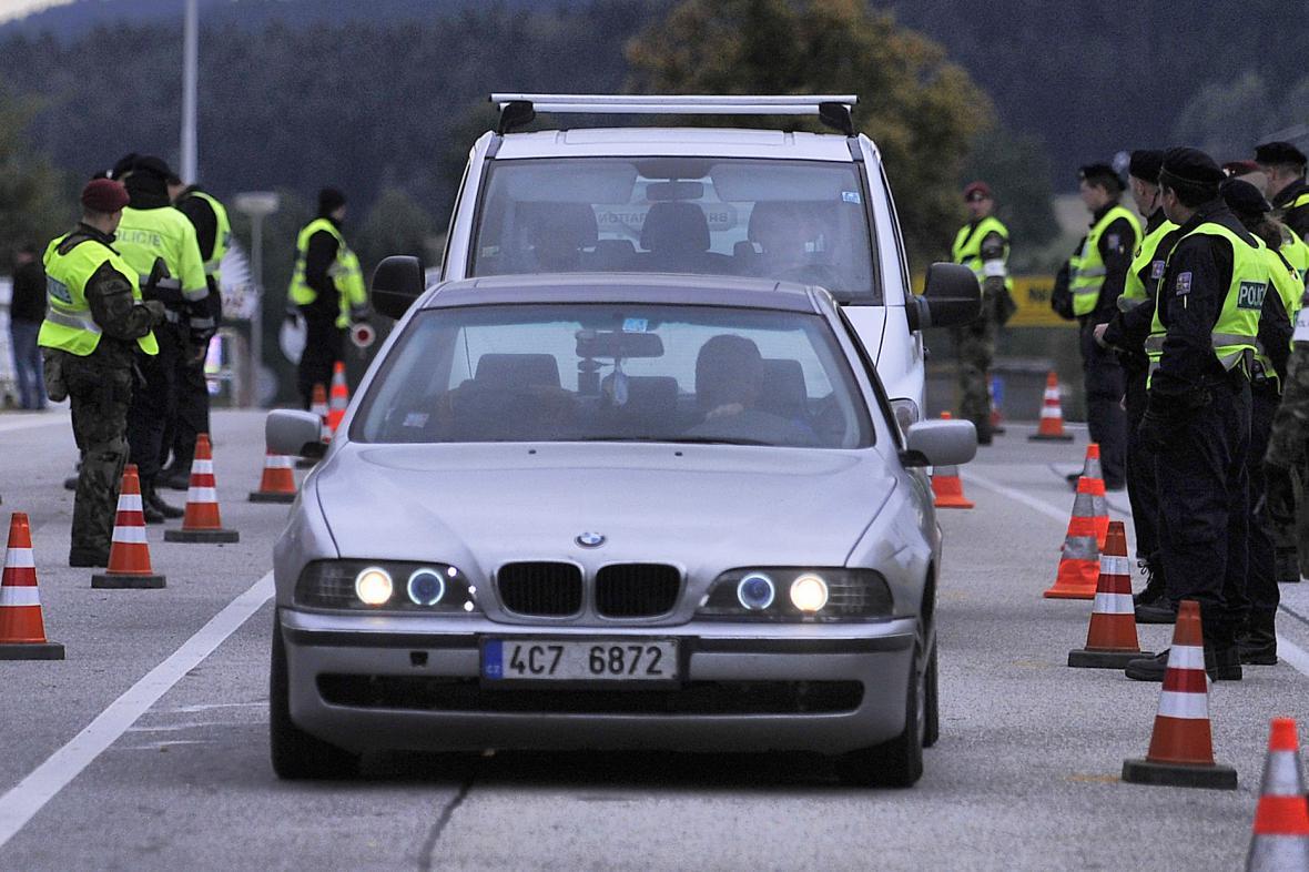 Policisté při cvičné kontrole hranic