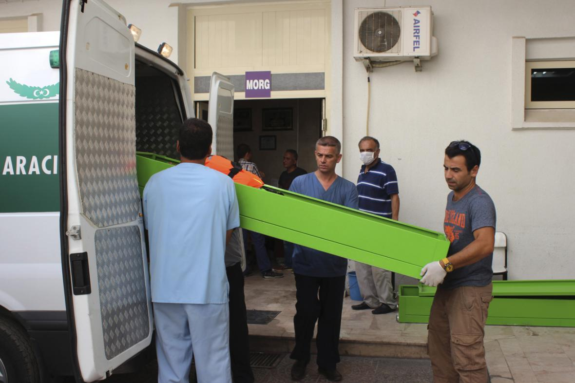 Rakve s těly běženců, kteří se utopili nedaleko řeckého ostrova Kos