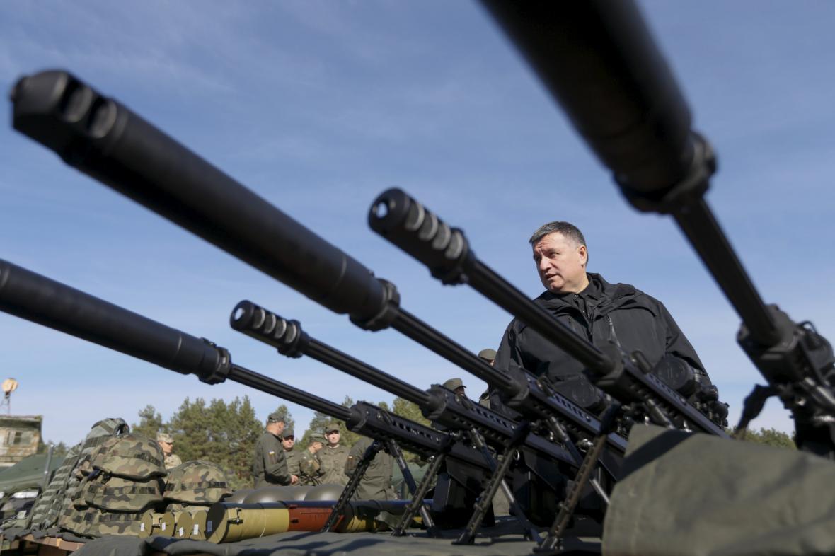 Ukrajinský ministr obrany Arsen Avakov na vojenském cvičení nedaleko Kyjeva