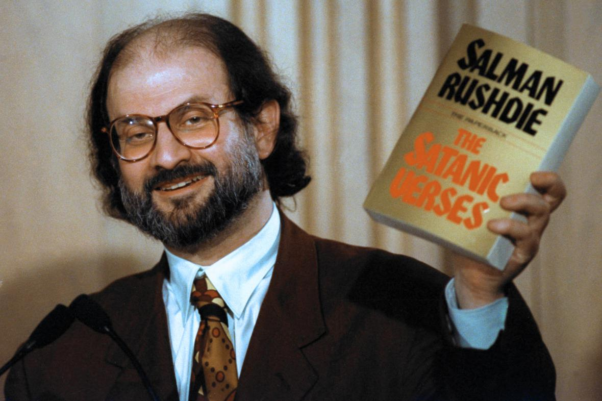 Salman Rushdie s výtiskem své knihy Satanské verše (1992)
