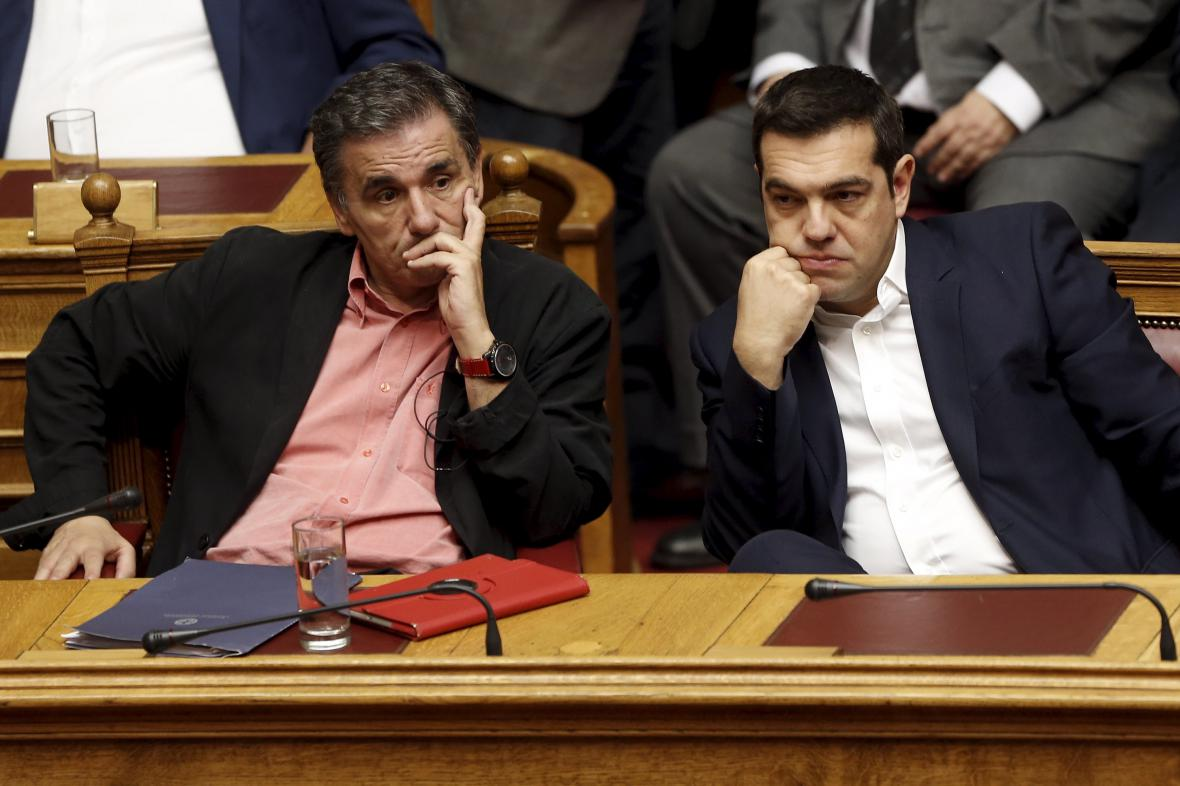 Ministr financí Tsakalotos s premiérem Tsiprasem