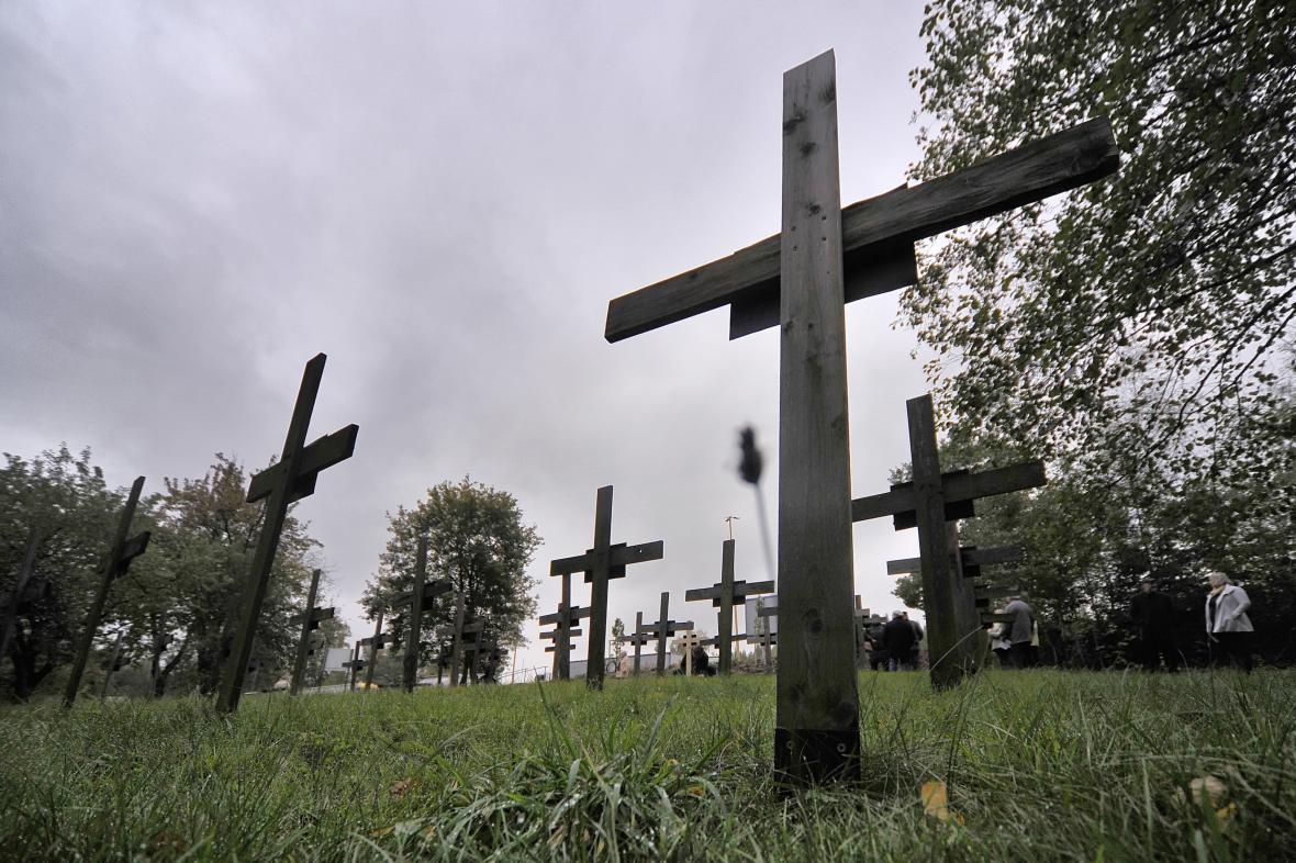 Kříže připomínají oběti autonehod na dálnici D1