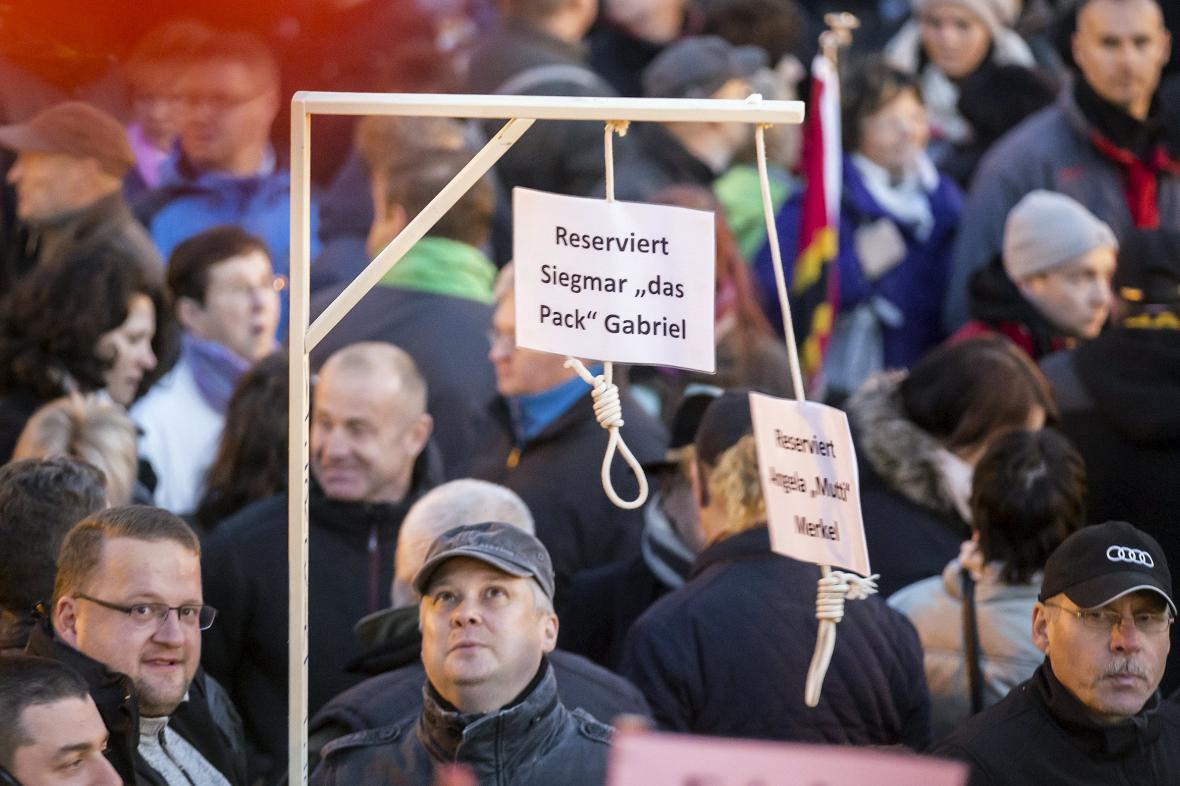 Na demonstraci Pegidy se objevily šibenice pro Merkelovou a Gabriela