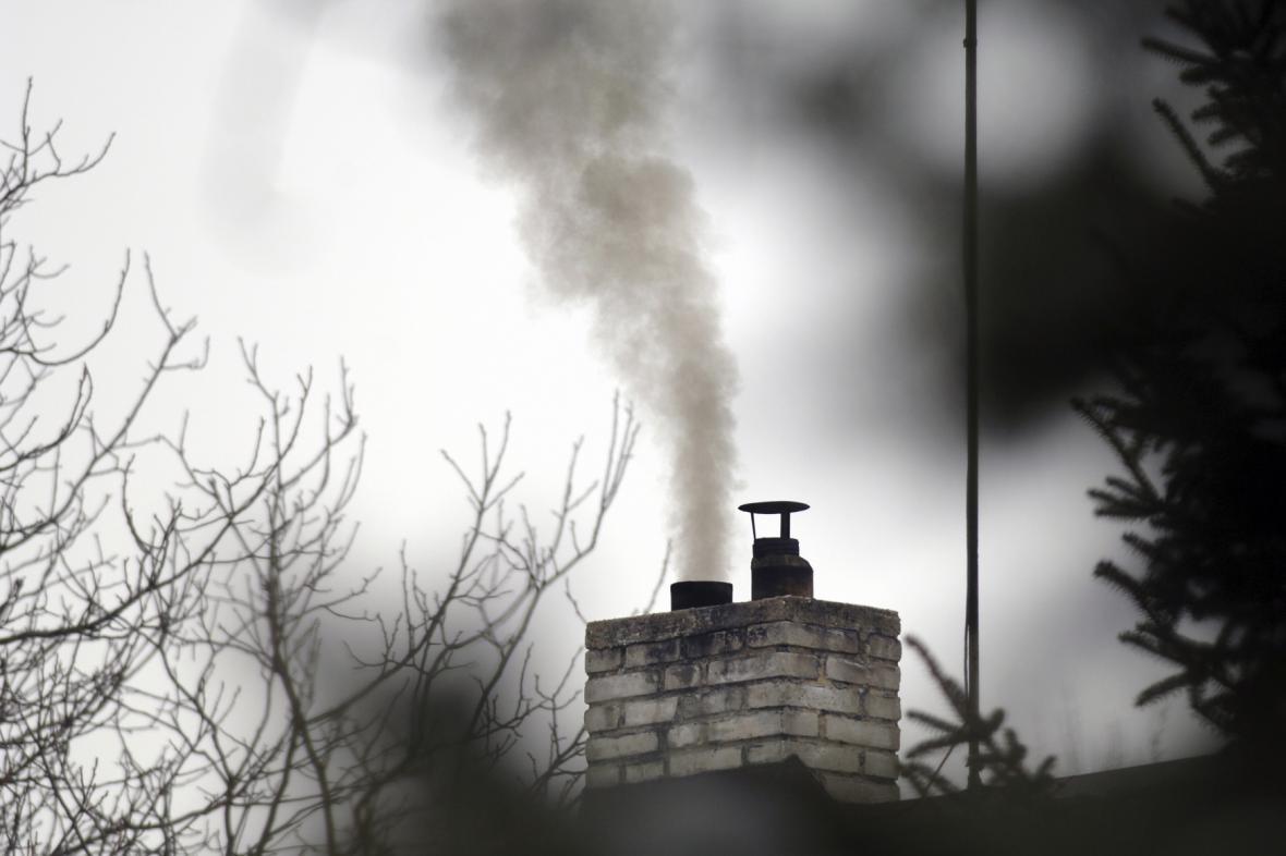 Tmavý kouř z komína