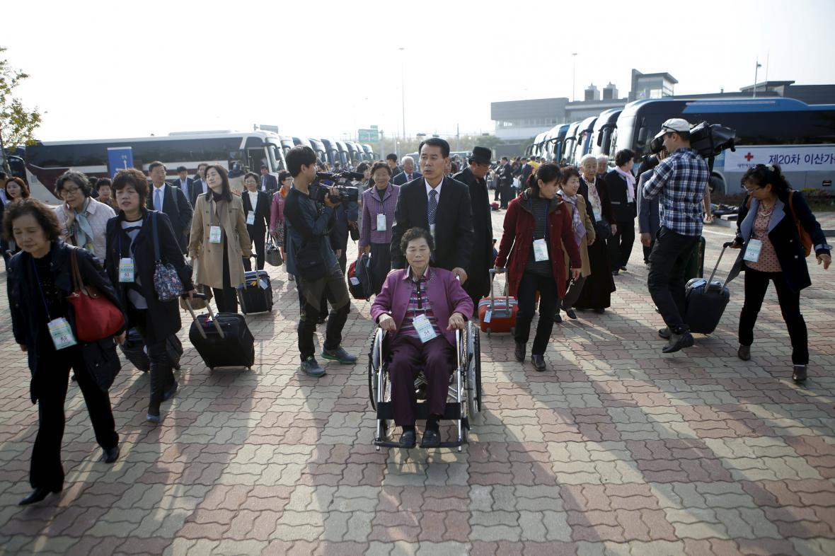 Jihokorejští účastníci míří na setkání rodin rozdělených válkou
