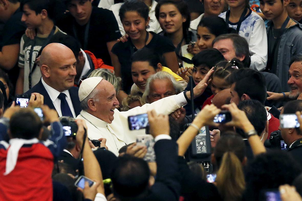 papež František při setkání s romskou delagací