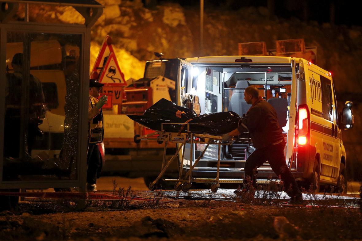 Izraelští záchranáři odvážejí tělo palestinského atentátníka