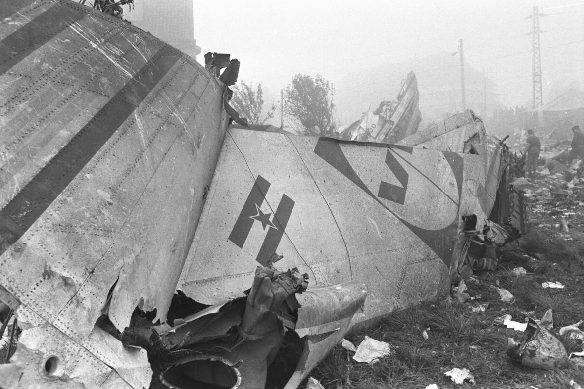 Trosky jugoslávského letadla v Praze Suchdole, snímek z 31. října 1975