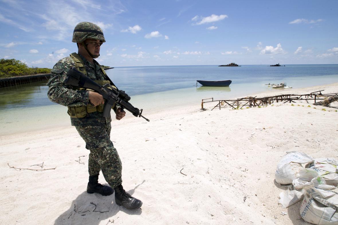 Filipínský voják na ostrově Pagasa, jednom ze Spratlyho ostrovů v Jihočínském moři