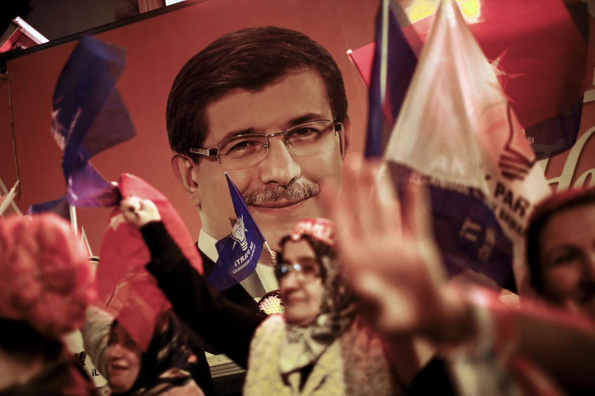 Příznivci strany AKP (na portrétu premiér Davutoglu)