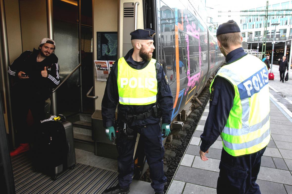 Švédští policisté kontrolují pasažéry vlaku z Dánska