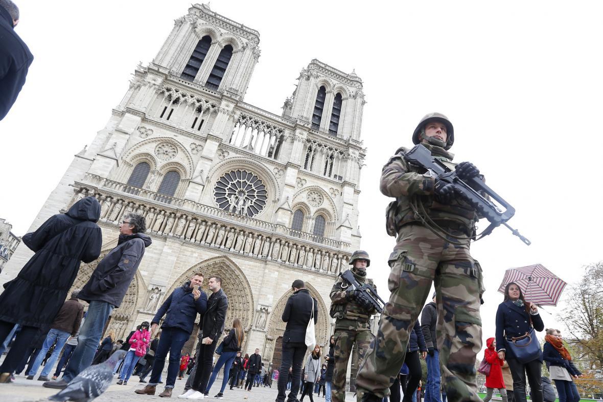 Ozbrojené složky před katedrálou Notre-Dame