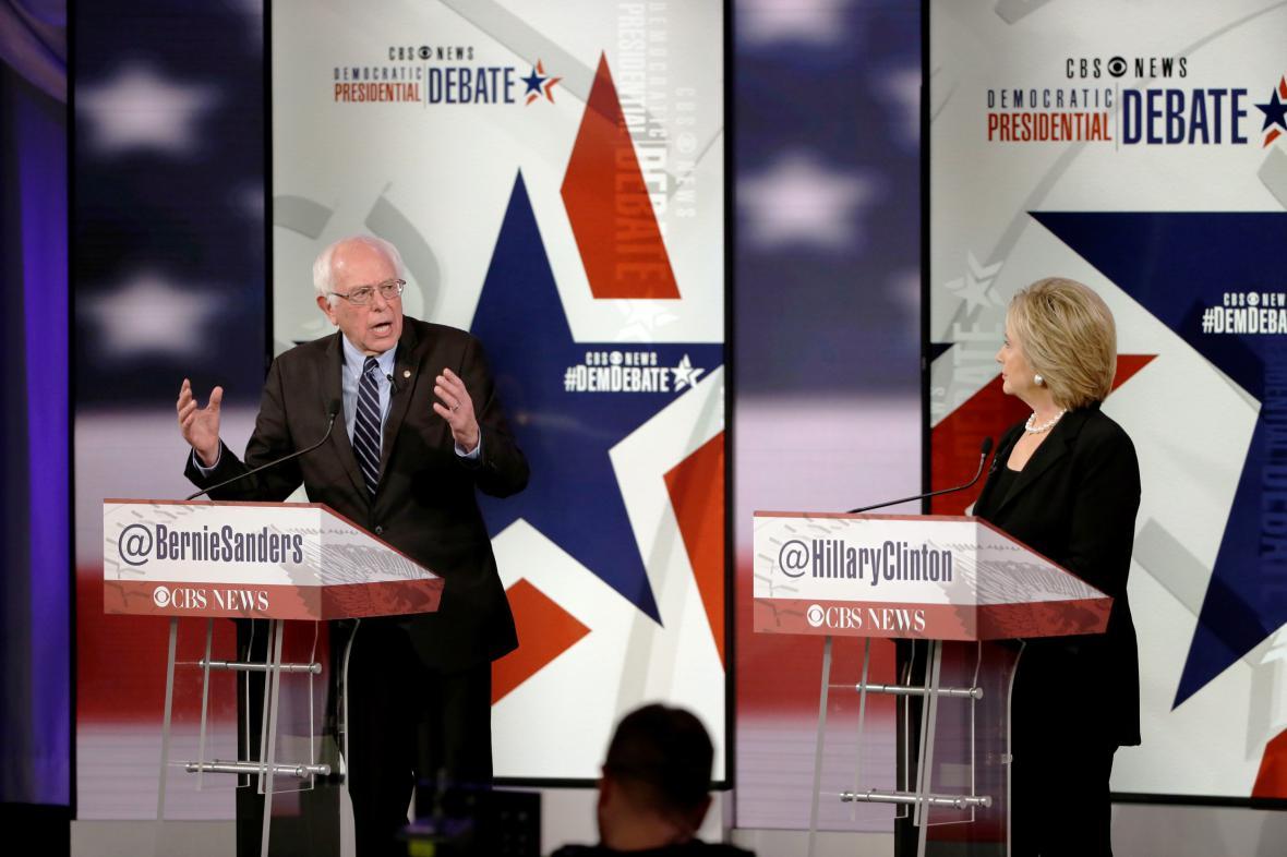 Vermontský senátor Bernie Sanders a bývalá ministryně zahraničí Hillary Clintonová v televizní debatě
