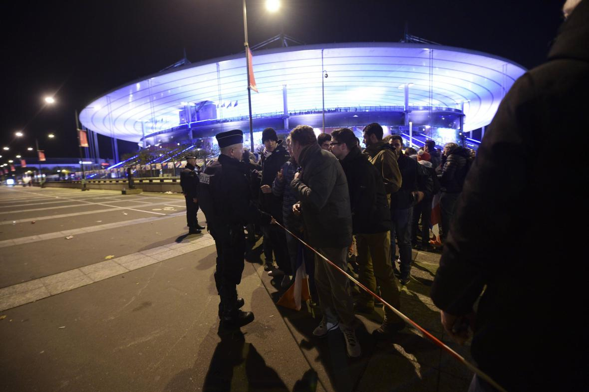 Policie před stadionem Stade de France