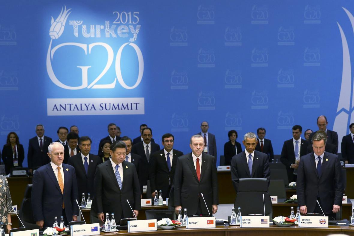 Představitelé G20 drží minutu ticha k uctění památky obětí útoků v Paříži