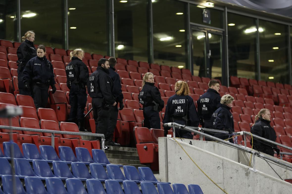 Policie na stadionu v Hannoveru