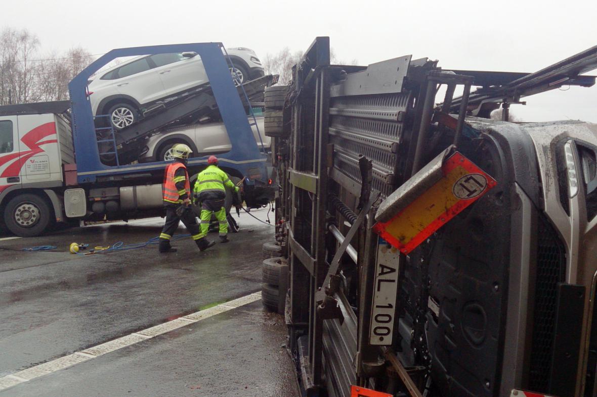 Na D1 se převrátil kamion s návěsem
