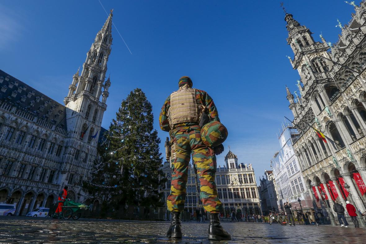 Vojenské hlídky na Velkém náměstí v Bruselu