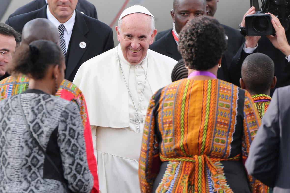 Papež František po přistání v Keni