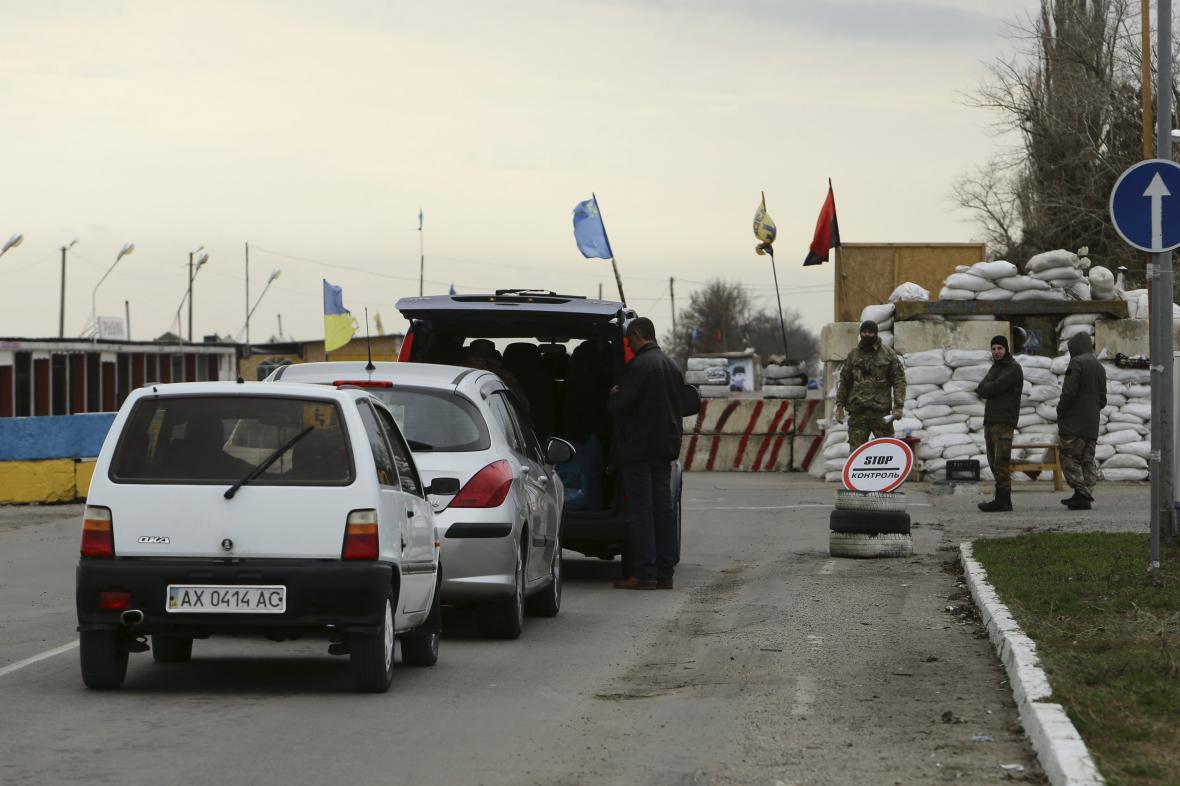 Kontrolní stanoviště zřízené krymskými Tatary v Chersonské oblasti