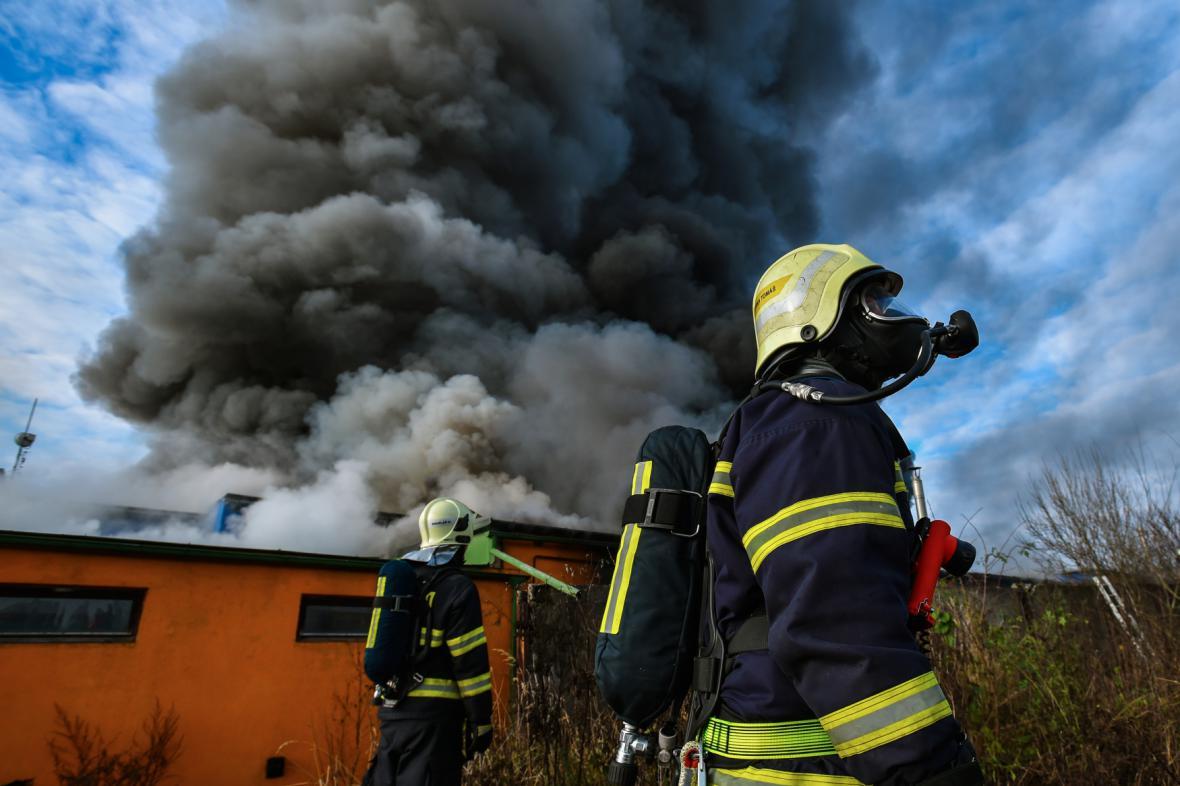 Zásah hasičů v průmyslovém areálu v Turnově