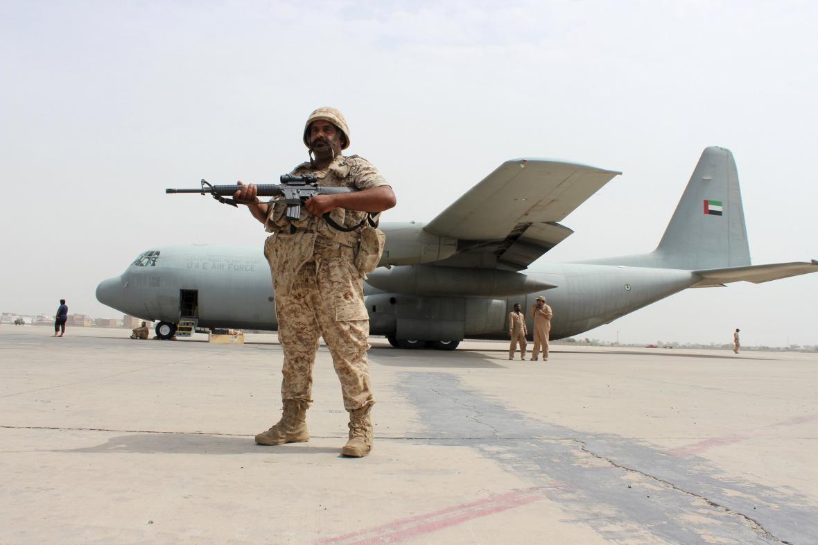 Letadlo Spojených arabských emirátů na letišti v Adenu