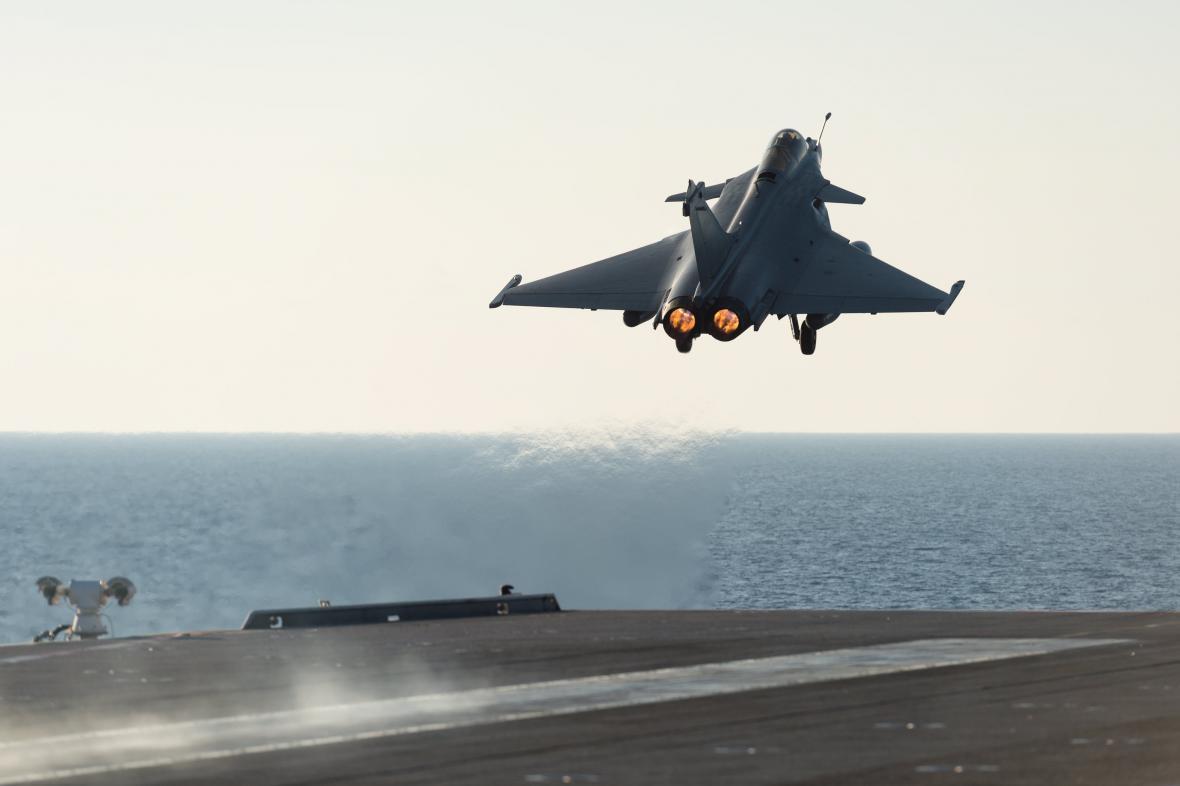 Rafale startující z lodi Charles de Gaulle