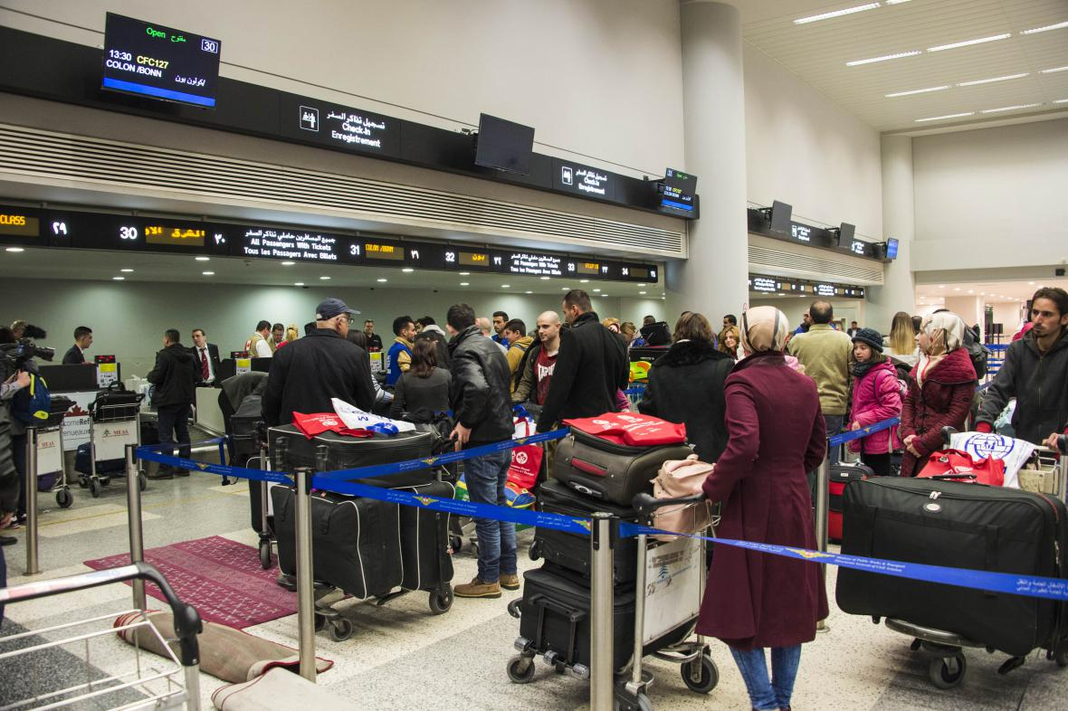 Syrští migranti při letištní kontrole