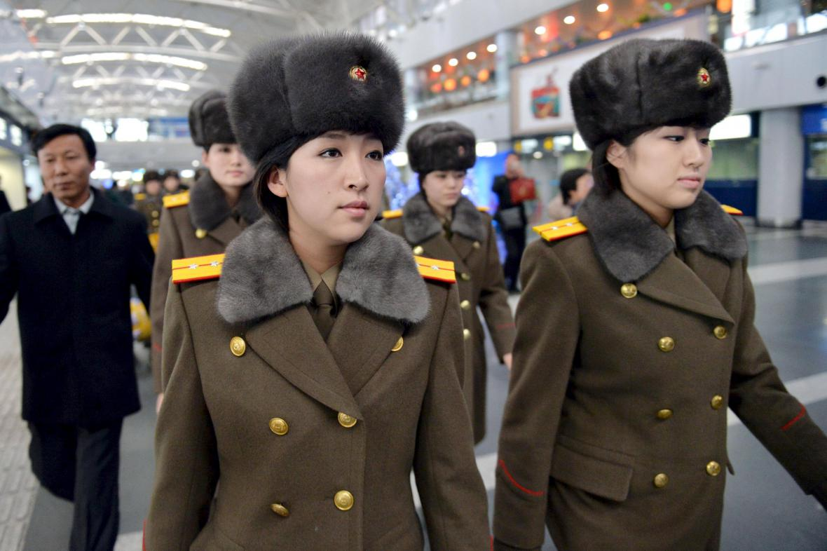 Členky skupiny Moranbong na pekingském letišti před odletem do Pchjongjangu