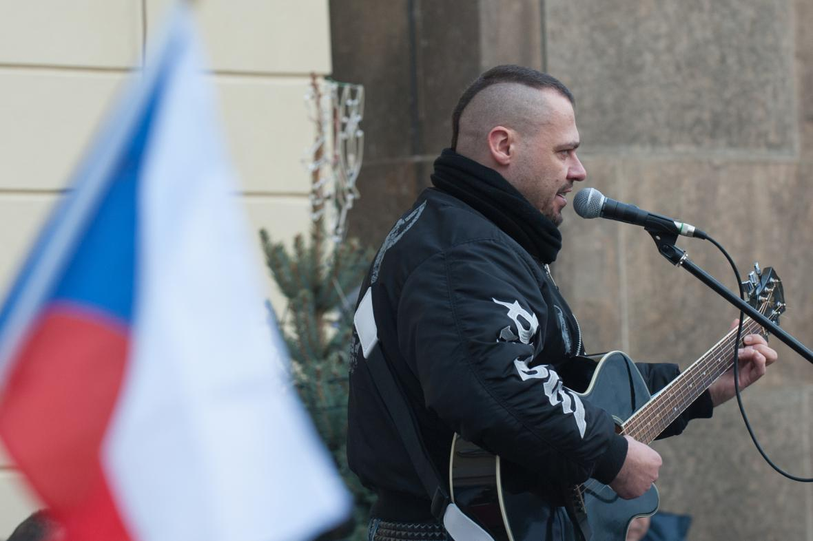Zpěvák Tomáš Ortel na Hradčanském náměstí