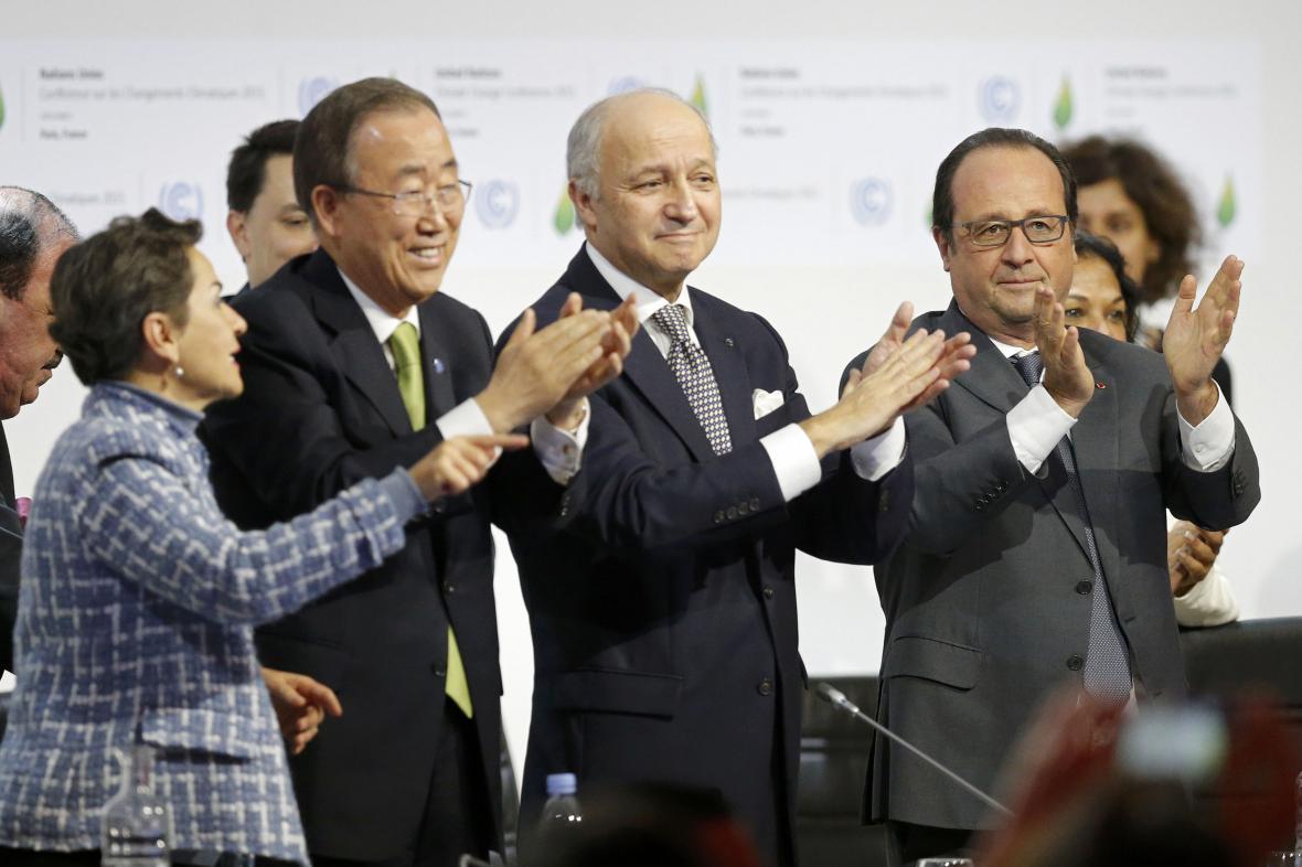 Pan Ki-mun, Laurent Fabius a Francois Hollande na závěrečném plenárním zasedání