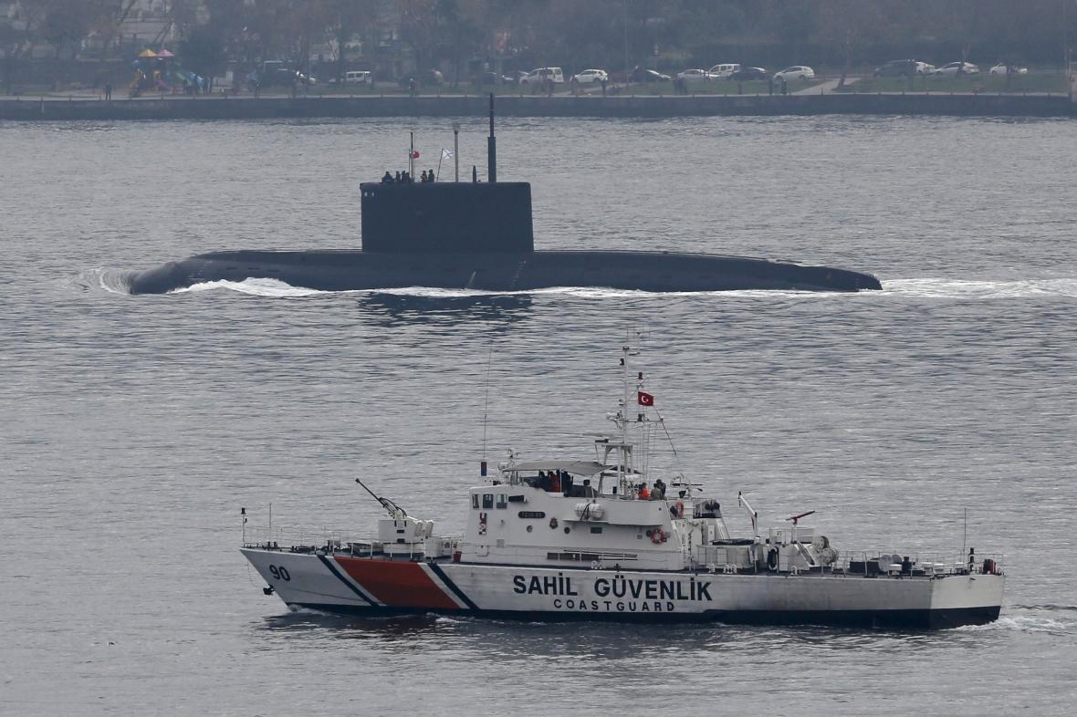 Turecká pobřežní stráž eskortuje v Bosporu ruskou ponorku Rostov na Donu