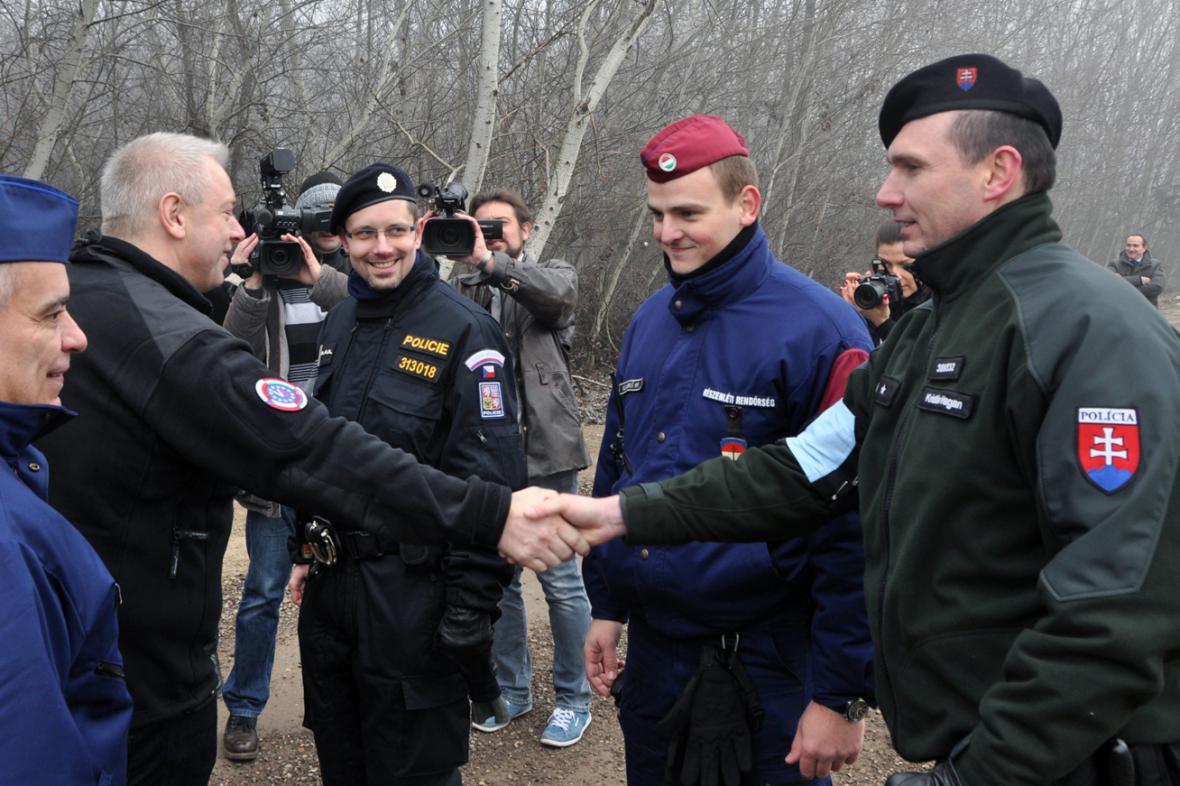 Ministr vnitra Milan Chovanec navštívil 13. prosince v Röszke české a slovenské policisty